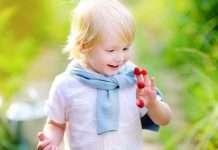Lapsella marjoja sormissa