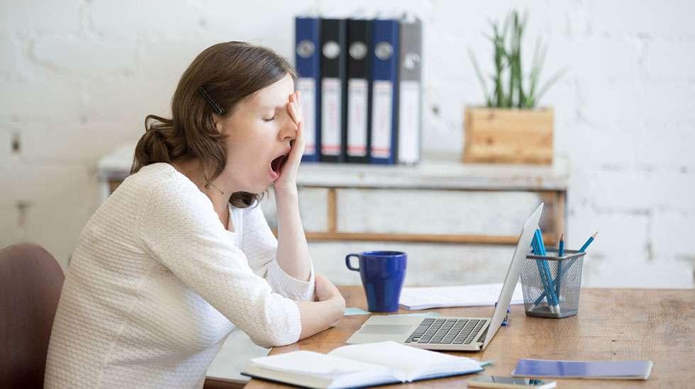 Kaikki voimat vievä väsymys on tyypillinen alkuraskauden oire. (Kuva: iStock)