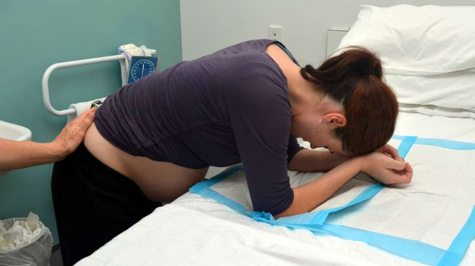 Sekä supistukset että synnytys on helpompi kestää seisovassa asennossa.