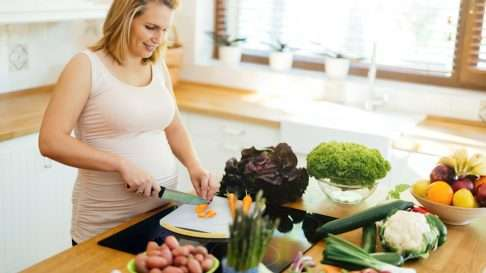Raskausaikana kannattaa kiinnittää erityisen paljon huomiota ruokavalion monipuolisuuteen – syöhän odottaja kahta varten. Kuva: iStock