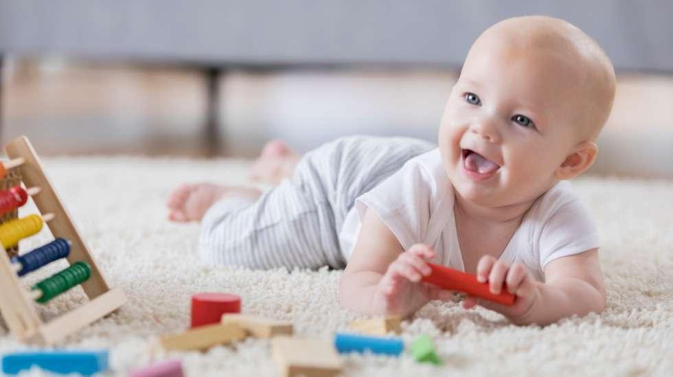 Niskan, hartioiden ja selän lihakset vahvistuvat, kun vauva viettää aikaa mahallaan makoillen. Kuva: iStock