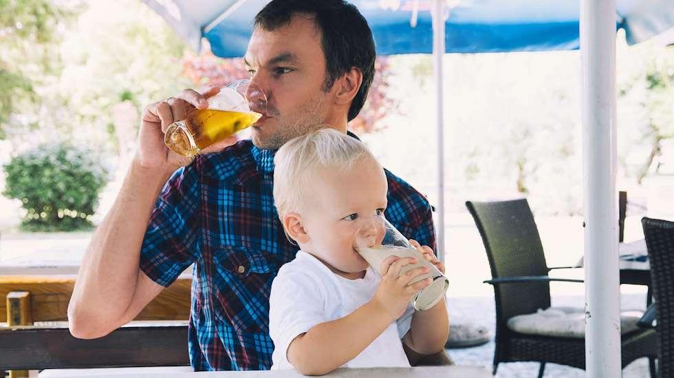 Yhdessä terassille: isille olutta ja lapselle mehua. Kuva: iStock