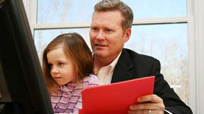 Lapsiperheiden isät tekevät enemmän töitä kuin lapsettomat miehet vastaavassa ikäryhmässä.