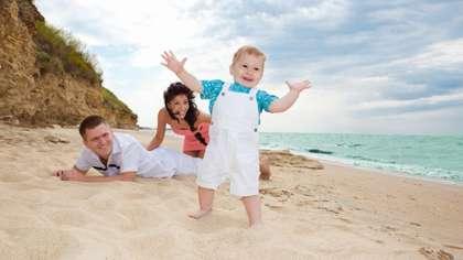 Kannustaminen innostaa lasta kävelyn opettelemisessa.