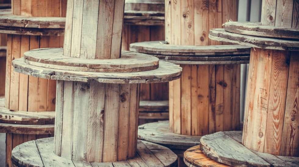 Kaapelikeloista nikkaroidaan esimerkiksi kahvipöytiä – Tukes muistuttaa että tällöin ne tulisi aina maalata tai pinnoittaa. Kuva: iStock