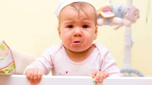 Vierastaminen ilmenee pienellä lapsella vakavoitumisena tai kehon jännittymisenä. (Kuva: Shutterstock)