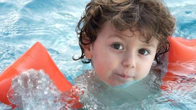 Käsikellukkeet ovat hyvä tapa opetella uimaan.