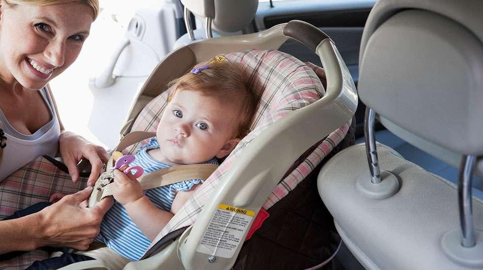 Pysäköidyn auton sisälämpötila nousee kesäpäivänä nopeasti hengenvaarallisiin lukemiin.