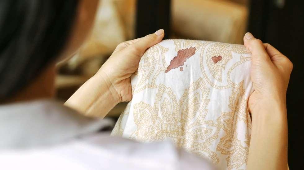 Kuukautiset yllättivät nukkujan. Säännölliset vuodot saattavat muuttua hyvinkin epäsäännöllisiksi, kun hormonaalinen ehkäisy loppuu. Kuva: iStock