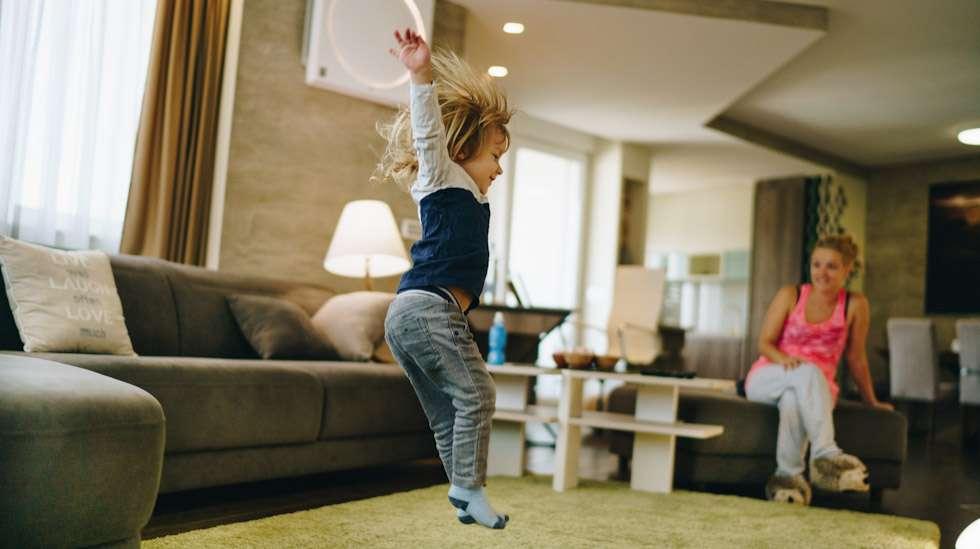 Vajaa kolmevuotias on ketterä ja päättäväinen pakkaus. Kuva: iStock