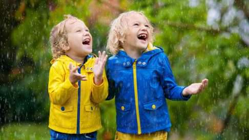 Hyvä ulkovaate kestää vettä, tuulta, loskaa ja lasten vilkkaita leikkejä. Kuva: iStock
