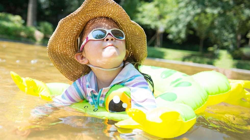 Aurinkolasien tulee suojata lapsen silmät myös sivulta tulevilta säteiltä. Kuva: iStock