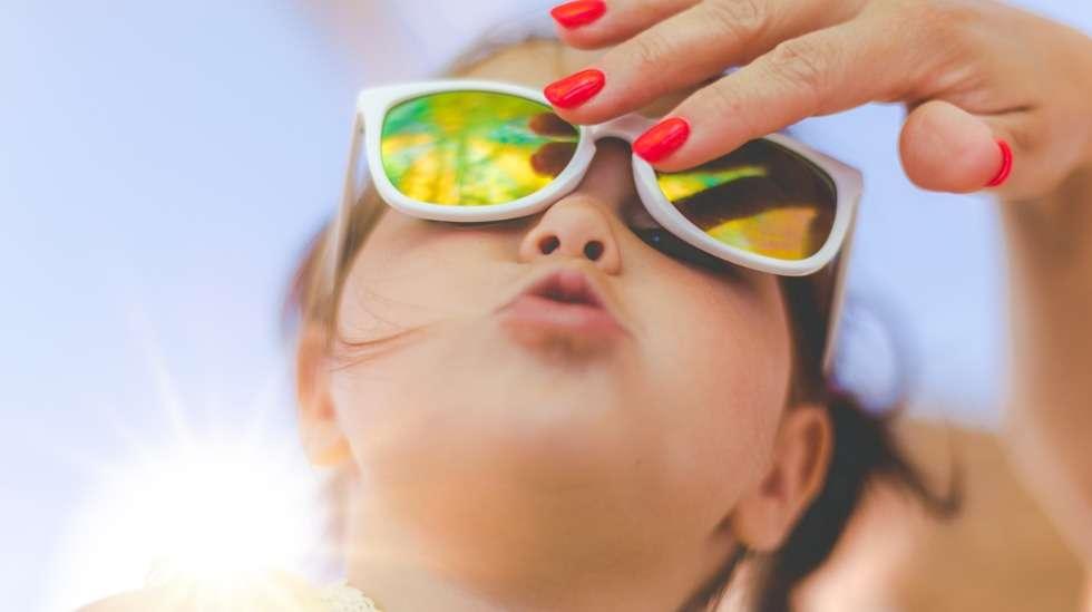 Kirkas kevätaurinko häikäisee lapsen silmiä ja UV-säteily on hänelle erityisen haitallista, sillä silmät vasta kehittyvät. Paras tapa suojautua on hankkia lapselle kunnolliset aurinkolasit. Kuva: iStock