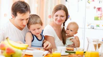 Lapsen on hyvä saada syödä muiden seurassa jo sylilapsesta asti.
