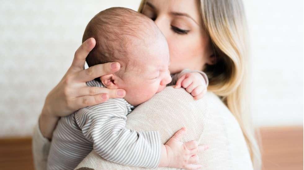 Koliikki huolettaa, ahdistaa ja rasittaa vanhempia - useimmat olisivat valmiit tekemään mitä vain helpottaakseen lapsensa oloa.