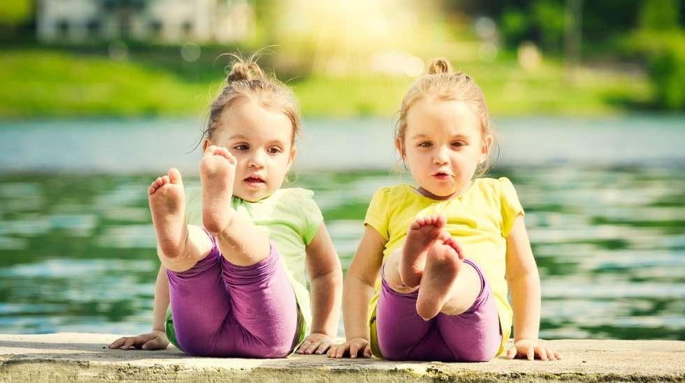 Kaksoset ja monikkolapset leikkivät usein paljon yhdessä – silti myös yksin vietetty aika aikuisen ihmisen kanssa on tärkeää. Kuva: iStock