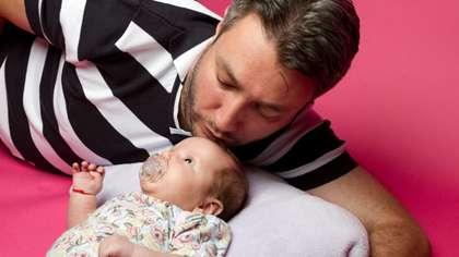 Lapsi harjoittelee sosiaalisia valmiuksiaan heti syntymästään alkaen. (Kuva: iStockphoto)