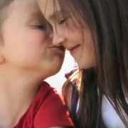 Poika ja tyttö pussaa