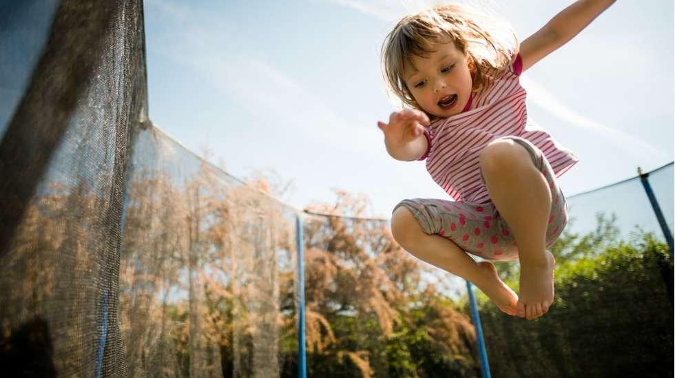Trampoliinilla hyppiminen on mitä mainioin tapa kehittää koordinaatiota – muista kuitenkin, että vauhti tuo mukanaan myös vahinkojen riskin. Kuva: iStock