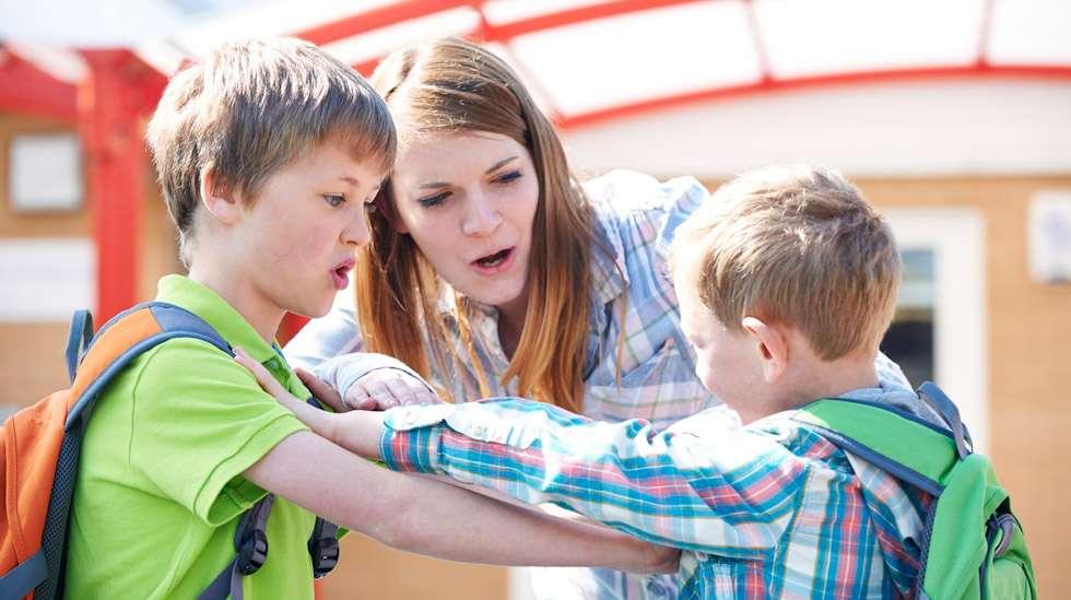 Vieras lapsi tönäisee toista puistossa. Saako huonoon käytökseen puuttua? Kuva: iStock