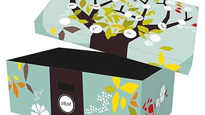 Laatikon kuvituksessa on sukupuu, johon perhe voi kirjoittaa vauvan ja hänen läheistensä nimet.