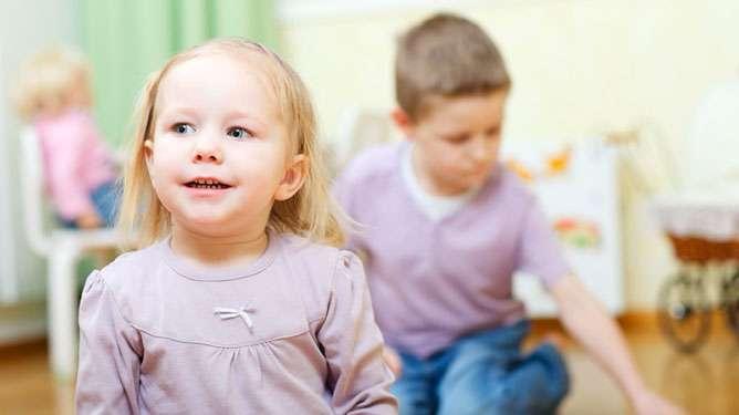 Kiireiset päiväkotityöntekijät eivät ilahdu siitä, että lapset ovat turhanpäiten hoidossa. (Kuva: Crestock)