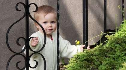 Lapsi tarvitsee aikuisen tukea myös itsetunnon portailla.