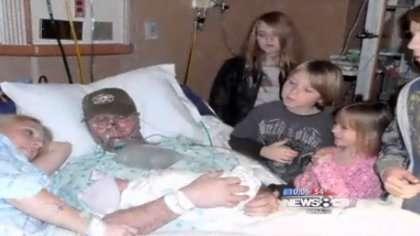 Mark Augler pitää vastasyntynyttä lastaan sylissä ensimmäisen ja viimeisen kerran.