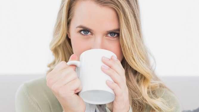 Tutkija kehottaa seuraamaan kofeiinin määrää vastasyntynyttä imettäessä.