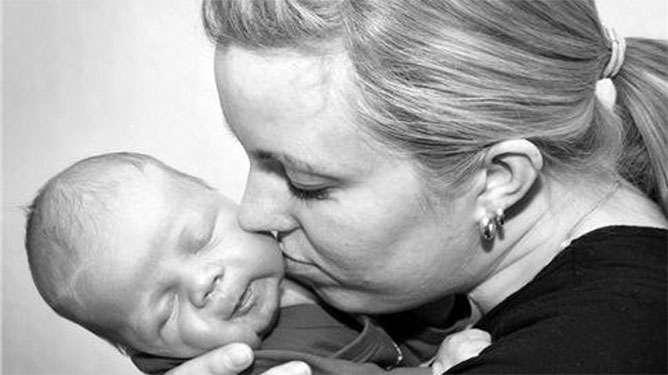 Kolmen lapsen äiti, Henna Rosenbom on synnyttänyt kaksi syöksyjää. Kuvassa Frans-vauva, joka syntyi syöksymällä. (Kuva: Henna Rosenbomin albumi)
