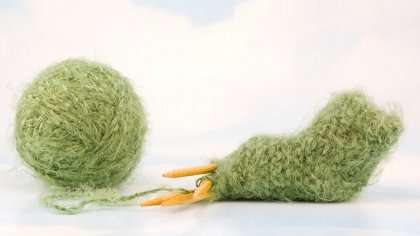 Amanda-tytön muisto innottaa ihmisiä kutomaan sukkia keskosille Norjassa.