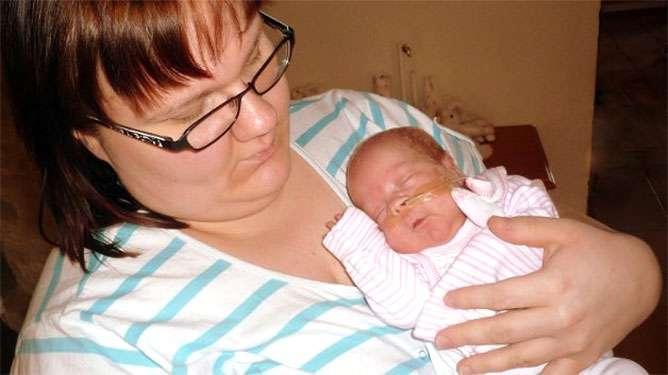 Anna Kytölä Anni-vauvan kanssa kotona lomalla pejantaina 30.3.2012.