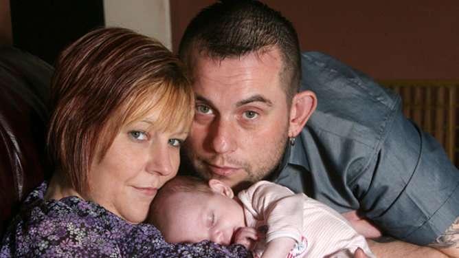 Maria, John ja 7-viikkoinen tytär Mia.