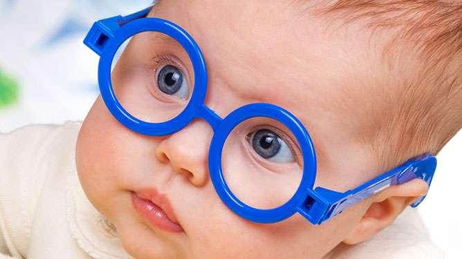 Vauva tarkkailee ympäristöään yllättävän nokkelasti.