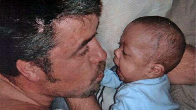 Adrian isänsä kanssa viiden kuukauden ikäisenä.
