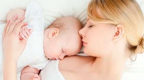 Yhdessä nukkumisella on etuja. (Kuva: Shutterstock)