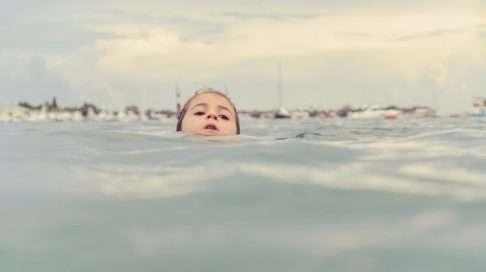 Hukkuva lapsi ei pärski vettä, huido tai huuda. Hän näyttää rauhalliselta, pää nousee pinnalle vain toisinaan ja pysyy pinnalla vain sisäänhengityksen verran – aikaa avunhuudoille ei ole. Kuva: iStock