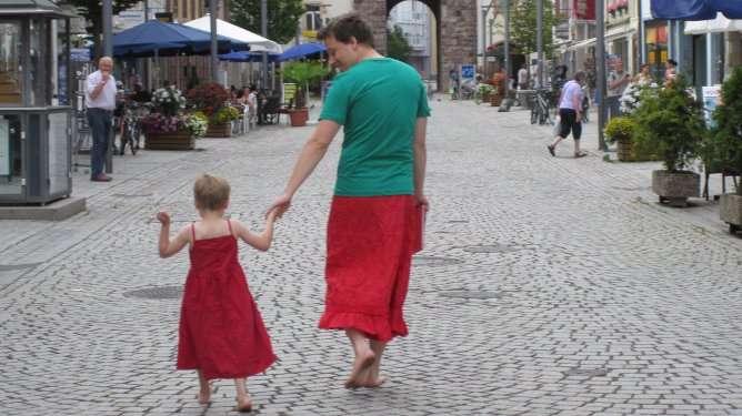 Tänään on isän ja pojan yhteinen mekkopäivä! (Kuva: Nils Pickert)