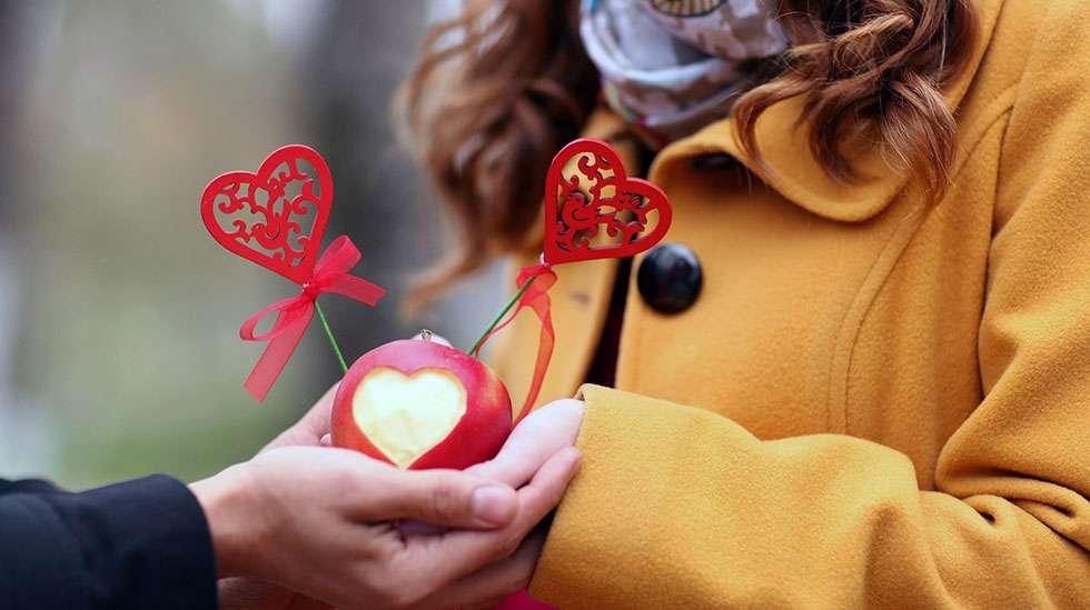 Romanttisella yllätyksellä voi kertoa puolisolle, että tämä on tärkeä. (Kuva: Shutterstock)