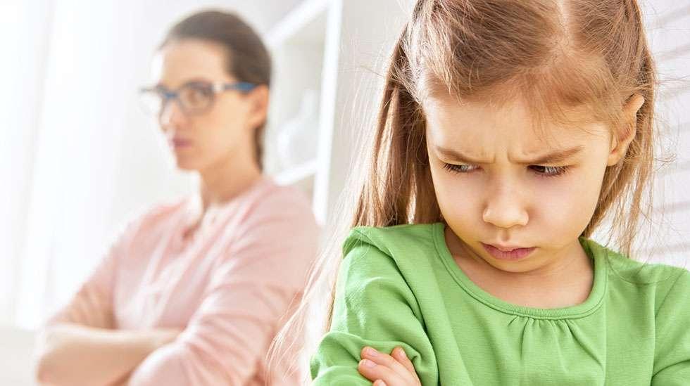 Syyllistävä kasvatus on erityisen haitallista vetäytyville lapsille.