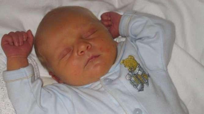 Tobias-vauva vaaleansinisessä haalarissaan.