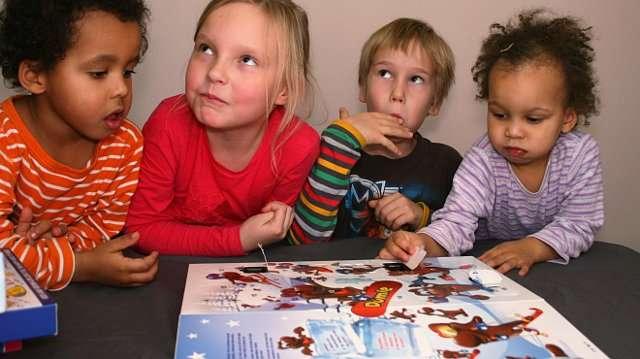 Myös nuorin raadin jäsen, Enni (oikealla) uskaltautuu raatipöydän taakse, kun suklaata on tarjolla.