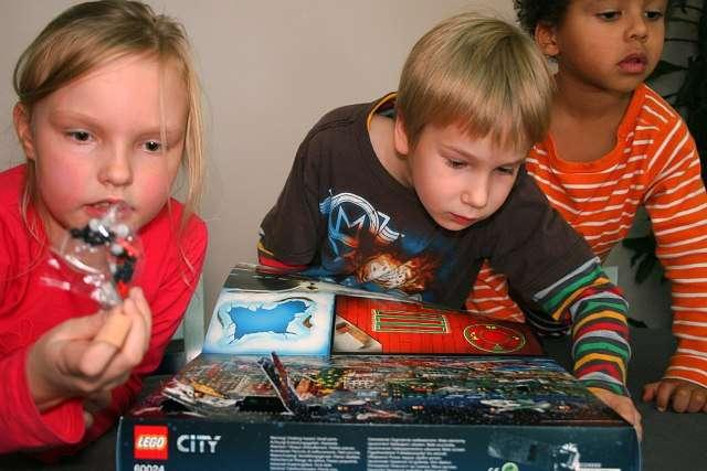 Lego-kalenteri innostaa varsinkin vanhempia raatilaisia.