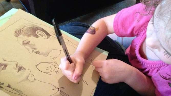 Näin se käy: Äiti piirtään pään. Tytär piirtää vartalot. Lopuksi äiti värittää.