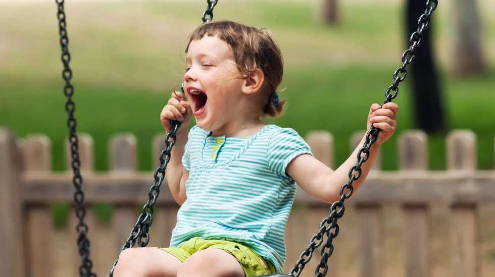 Riittääkö lapselle, että vanhempi seisoskelee leikkikentellä vai pitäisikö vanhemman leikkiä mielikuvitusleikkejä lapsen kanssa? (Kuva: Shutterstock)