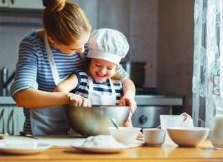 Äiti ja lapsi leipomassa.