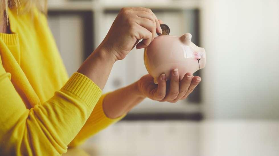 Varallisuusvalmentaja neuvoo säästämään 10% palkkatuloista pahan päivän varalle. Martta kertoo, miten ruokalaskussa säästetään. Kuva: iStock