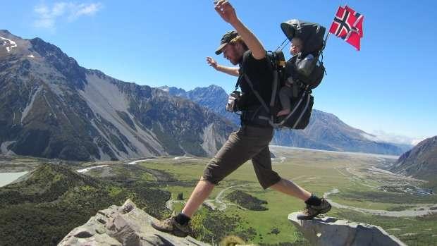 Selkärepussa on mukava matkustaa. Tristan isänsä kanssa Uudessa-Seelannissa vuonna 2011.