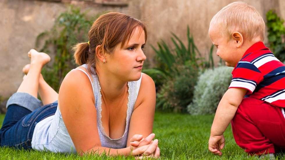 Äitiydestä nauttiminen on toivottavaa, siitä puhuminen ei. (Kuva: Shutterstock.)