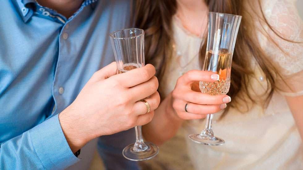 Alkoholi lisää FASD-oireiden riskiä. Jo pieni määrä saattaa vaikuttaa myöhemmin lapsen kykyyn oppia. (Kuva: Shutterstock)